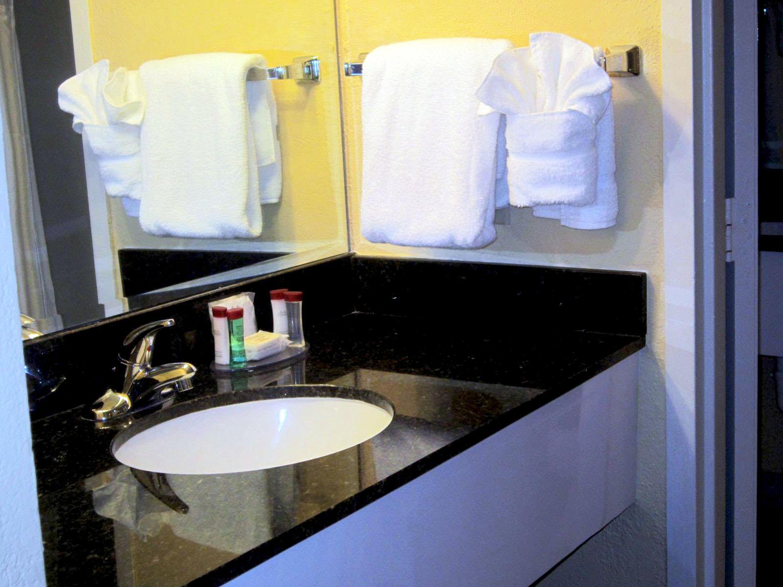 ramada-plaza-fort-lauderdale-bathroom