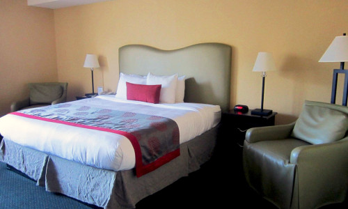 ramada-plaza-fort-lauderdale-room